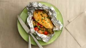 Куриная грудка с рисом и овощами в фольге
